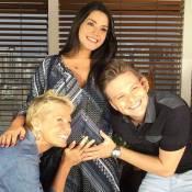 Michel Teló posa segurando barriga de grávida de Thais Fersoza: 'Dia especial'