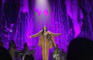 Rihanna lembra morte de Prince e presta homenagem ao cantor em show. Vídeo!
