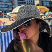 Ex-BBB Ana Paula Renault curte praia no Rio com drink improvisado: 'Chandolé'