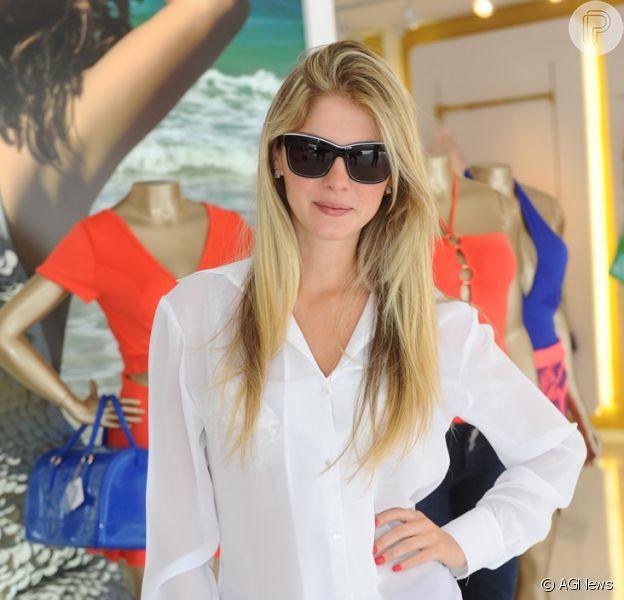 Sem Mateus Verdelho, Bárbara Evans vai a evento em loja de roupas, em São Paulo, nesta quinta-feira, 10 de outubro de 2013, com camisa transparente, deixando sua lingerie à mostra