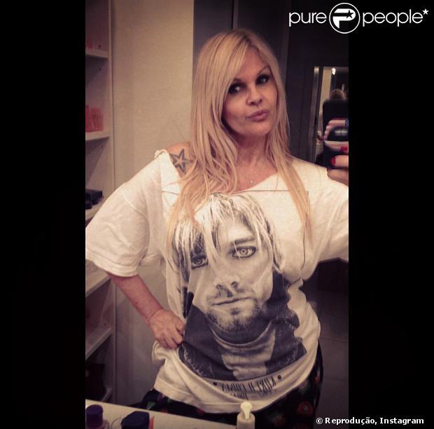 Monique Evans permanece internada em clínica psiquiátrica e não tem previsão de alta. O filho da artista, Armando, conversou com o Purepeople em 10 de outubro de 2013