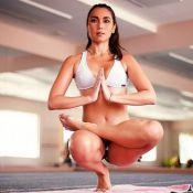 Daniele Suzuki pratica ioga de top e shortinho e esbanja boa forma