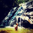 Eike Duarte, ex-namorado de Giulia Costa, filha de Flávia Alessandra, se refresca em cachoeira de Goiás no intervalo das gravações de 'Em Família'