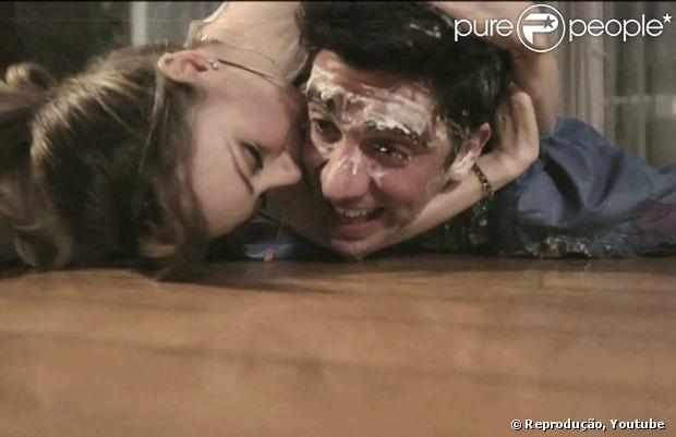Sandy beija Marcelo Adnet no rosto durante o clipe da música 'Escolho Você', seu novo single