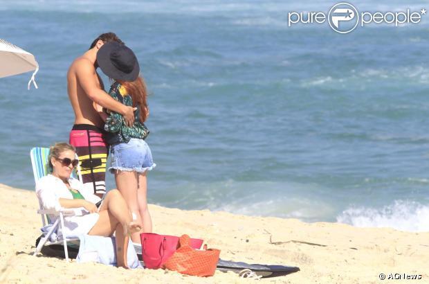 Marina Ruy Barbosa e Klebber Toledo namoram muito, trocando beijos e carinhos, sob o olhar da mãe da atriz, Gioconda, na praia da Reserva, no Recreio dos Bandeirantes, Zona Oeste do Rio de Janeiro, nesta quinta-feira, 24 de outubro de 2013