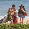 Marina Ruy Barbosa e Klebber Toledo curtiram o dia na praia da Reserva, no Recreio dos Bandeirantes, no Rio, nesta quinta-feira, 24 de outubro de 2013