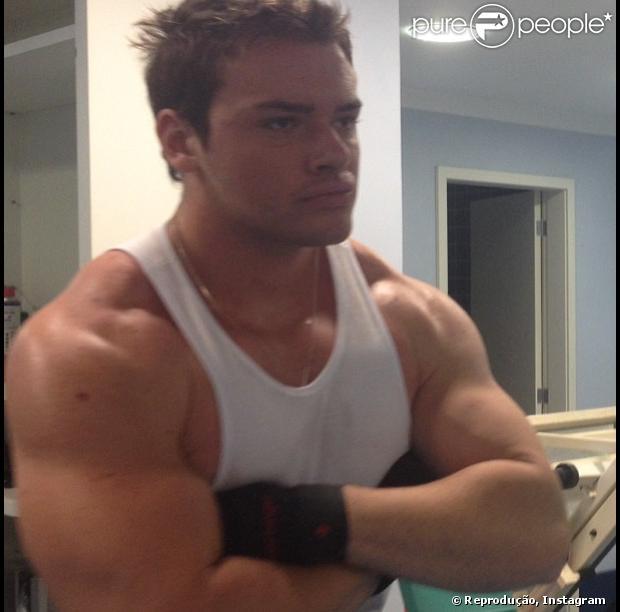 Thor Batista publicou uma foto em que aparece comemorando os seus 100 kg