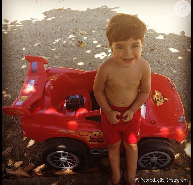 Juliana Paes postou foto do filho, Pedro, com o presente de Natal: 'Meu melhor presente com o seu presente!!!! Feliz Natal, gente! Vamos comer rabanada!', escreveu a atriz em 25 de dezembro de 2012