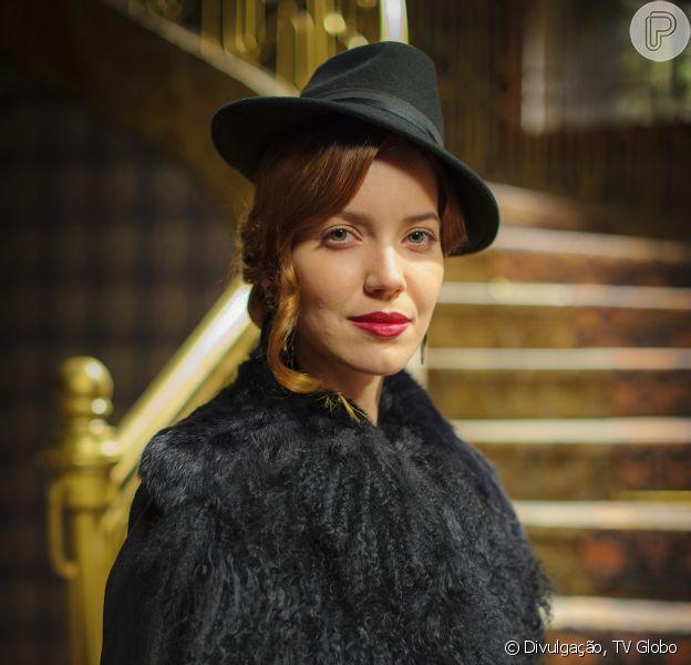 Silvia (Nathalia Dill) chega aos Himalaias e anuncia para todos que está grávida, em 'Joia Rara', em 4 de novembro de 2013