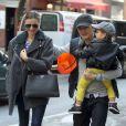 Miranda Kerr e Orlando Bloom, que anunciaram a separação na última sexta-feira, 25 de outubro de 2013, foram vistos nesta segunda-feira, 28 de outubro de 2013, passeando juntos com o filho, Flynn, de 2 anos, pelas ruas de Nova York