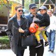 Miranda Kerr e Orlando Bloom foram vistos passeando com o filho, Flynn, de 2 anos, pelas ruas de Nova York, na tarde desta segunda-feira, 28 de outubro de 2013, três dias após anunciarem separação