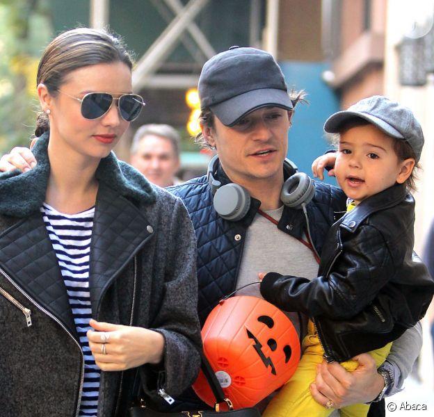 Miranda Kerr e Orlando Bloom passeiam juntos com o filho Flynn, de 2 anos, pelas ruas de Nova York, na tarde desta segunda-feira, 28 de outubro de 2013, após anunciarem separação