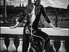 Isabeli Fontana posa sexy, toda de preto e com decotão para a 'Vogue' francesa