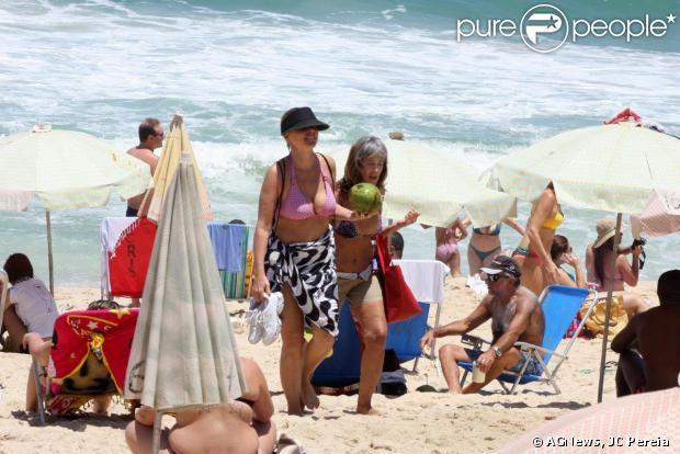 Giulia Gam aproveitou o dia ensolarado deste domingo, 3 de novembro de 2013, para curtir uma praia