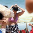 A atriz não resistiu ao calor que fez no Rio de Janeiro e correu para a praia do Leblon, na Zona Sul da cidade