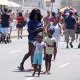 Glória Maria passeou com as filhas pelo calçadão do Leblon, na Zona Sul do Rio, neste domingo 3 de novembro de 2013