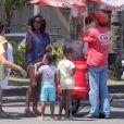 Mãe coruja, Gloria Maria comprar sorvete para as meninas
