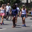 Glória Maria caminha no calçadão do Leblon, no Rio