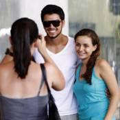 Rodrigo Simas faz biquinho para foto com fãs em aeroporto do Rio