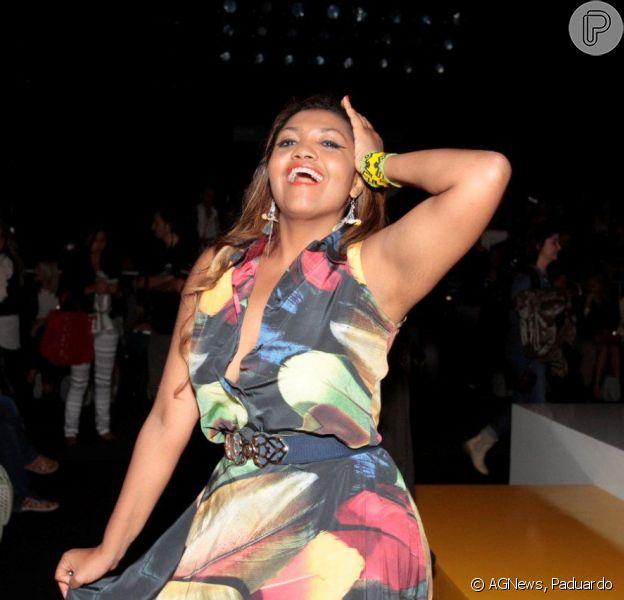 Gaby Amarantos exibiu a cintura com 14 cm a menos na São Paulo Fashion Week, em 1º de novembro de 2013