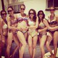 No final de semana, Ana Hickmann posou rodeada de amigas em frente a uma piscina