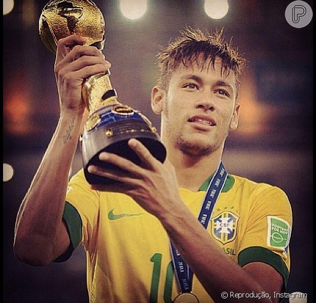 Neymar concorre ao prêmio Puskas, que elege o gol mais bonito da temporada, segundo informação divulgada nesta segunda-feira, 11 de novembro de 2013