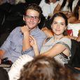 Monique Alfradique levou o namorado, Gil Coelho, ao teatro