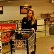 Gente como a gente! Jessica Alba empurra carrinho de mercado e carrega sacolas