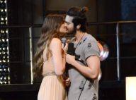 Luan Santana e Camila Queiroz trocam beijos em gravação do DVD '1977'. Fotos!