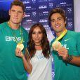 Sabrina Sato fez questão de segurar nas medalhas conquistadas pelos jogadores de vôlei de praia Bruno Schmidt e Alison Cerutti na Olimpíada Rio 2016