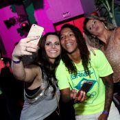 Viviane Araujo, em dia de fã, faz selfies com atletas de ouro da Rio 2016. Fotos