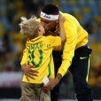 Neymar beija o filho durante comemoração de ouro na Rio 2016