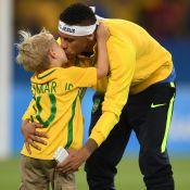 Neymar comemora medalha de ouro na Rio 2016 com o filho, Davi Lucca, em campo