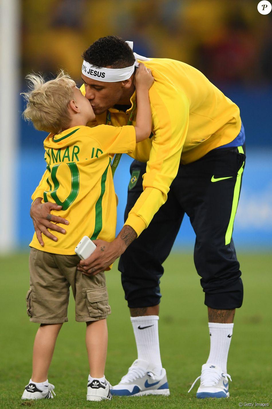 Neymar comemora medalha de ouro na Olimpíada Rio 2016 ao lado do filho, Davi Lucca, no Maracanã, em 20 de agosto de 2016