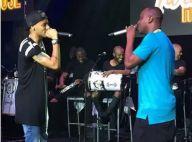 Thiaguinho usa medalha de Neymar ao cantar com o jogador em show no Rio
