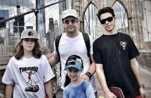 Murilo Benício viaja para NY e posta foto com filhos e enteada: 'Família!'