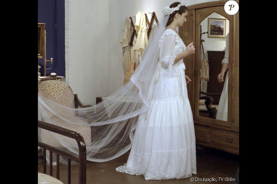 Novela 'Êta Mundo Bom': Mafalda (Camila Queiroz) se observa no espelho ao provar vestido de noiva