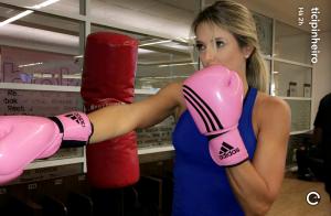 Ticiane Pinheiro exibe corpo sequinho em aula de kenpo: 'Luta'. Vídeo!