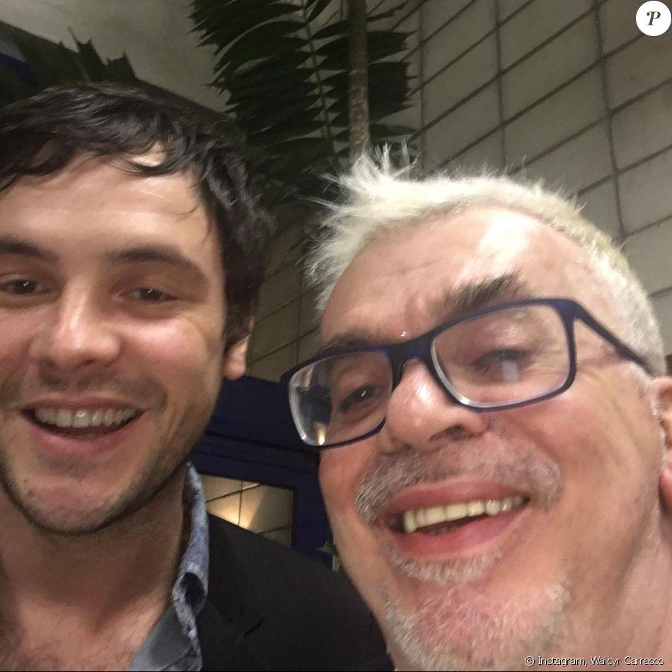 Walcyr Carrasco posou com Sergio Guizé, ator de 'Etâ Mundo Bom!', durante um coquetel realizado nos estúdios Globo, nesta quinta-feira, 25 de agosto de 2016