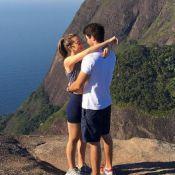 Juliana Paiva posa abraçada ao namorado, Juliano Laham: 'Pro dia nascer feliz'