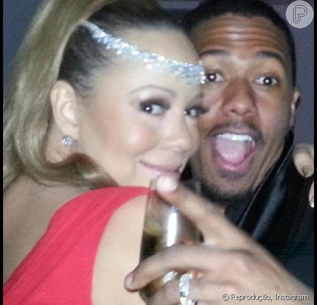Mariah Carey agarra o marido, Nick Cannon, em foto publicada nesta segunda-feira, 31 de dezembro de 2012