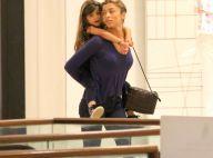 Grazi Massafera carrega a filha, Sofia, nas costas em passeio no shopping. Fotos