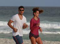 Cauã Reymond leva a namorada, Mariana Goldfarb, para dia de surfe em praia do RJ