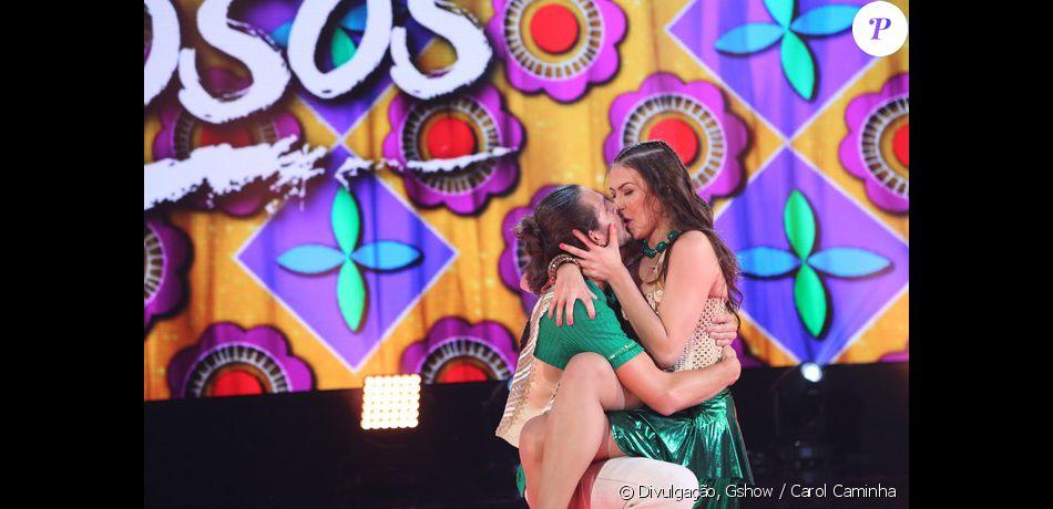 Brenno Leone beija a professora Rachel Drodowsky no fim da apresentação da coreografia do 'Dança dos Famosos', em 11 de setembro de 2015