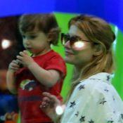 Alinne Moraes brinca com o filho, Pedro, em parquinho de shopping, no Rio