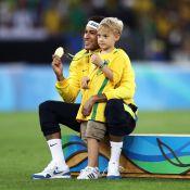 Neymar posa com o filho, Davi Lucca, de 5 anos, na banheira: 'Meu bebê'
