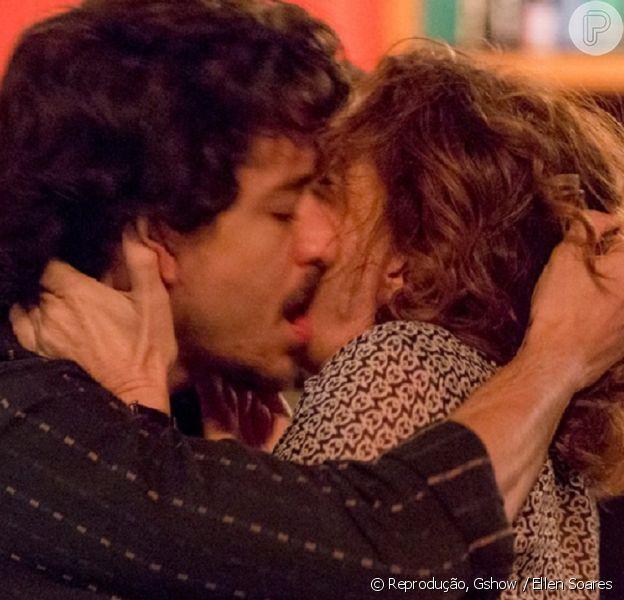 Elisa (Débora Bloch) e Vicente (Jesuita Barbosa) se beijam em 'Justiça' e web reprova: 'Ele matou sua filha!'