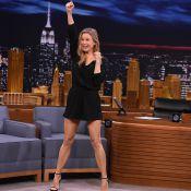Renée Zellweger exibe pernas e ensina dança de líder de torcida em TV americana