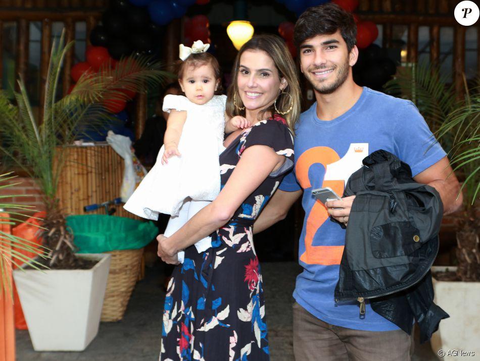 Deborah Secco vai comemorar o primeiro aniversário da filha, Maria Flor, com o tema da Galinha Pintadinha: 'E ela ama, mas eu não achava o mais bonito para fazer. Só que tenho que respeitar a vontade dela'