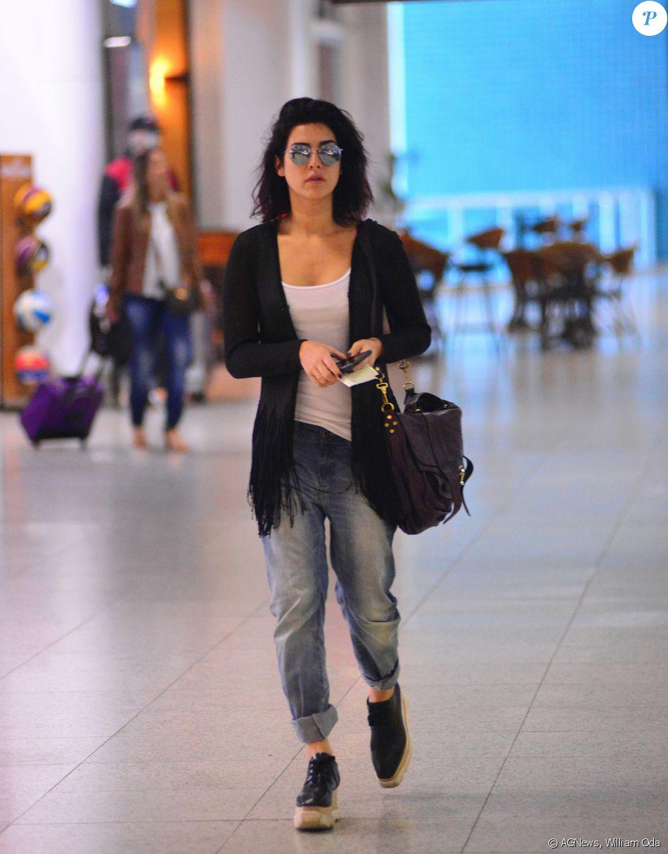 054526858a Fernanda Paes Leme ficou moderna com calça boyfriend e sapatos flatform em  seu aerolook. A